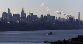Un bote navega en el río Hudson frente al barrio de Manhattan en Nueva York, 8 enero, 2015. Los empleadores de Estados Unidos registraron un sólido crecimiento de las nóminas en diciembre, reforzando aún más los fundamentos de la economía y dando más espacio para que la Reserva Federal suba sus tasas de interés este año a pesar del pesimismo económico en otros países. REUTERS/Mike Segar