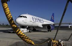 Cyprus Airways met un terme à ses activités avec effet immédiat après que l'Union européenne a estimé que la compagnie aérienne avait bénéficié d'aides d'Etat illégales. /Photo prise le 9 janvier 2015/REUTERS/Yiannis Kourtoglou