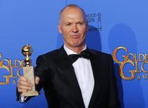 """En la imagen, Michael Keaton posa con su premio en Beverly Hills, California, 11 de enero de 2015.  Michael Keaton ganó el domingo el Globo de Oro como mejor actor en una comedia o musical por su papel en """"Birdman"""", la película con más nominaciones a los premios de la Asociación de la Prensa Extranjera de Hollywood (HFPA). REUTERS/Mike Blake"""