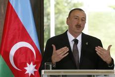 Президент Азербайджана Ильгам Алиев на пресс-конференции в Тбилиси. 6 мая 2014 года. Рост экономики Азербайджана замедлился в 2014 году до 3,0 процента с 5,8 годом ранее на фоне резко подешевевшей нефти и был обеспечен подъёмом в несвязанных с экспортом углеводородов отраслях, сообщил президент. REUTERS/David Mdzinarishvili