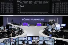 La Bourse de Francfort. Le câblo-opérateur allemand Tele Columbus a fixé lundi le cours de son introduction en Bourse dans une fourchette de huit à 12 euros par action. /Photo prise le 6 octobre 2014/REUTERS