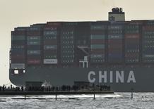 Les exportations chinoises ont progressé de 9,9% en décembre en rythme annuel et les importations ont reculé de 2,3%. Sur la base de ces résultats, qui dépassent les prévisions des marchés, l'excédent commercial s'élève à 304,5 milliards de yuans (49,1 milliards de dollars) pour le dernière mois de 2014.  /Photo prise le 7 janvier 2015/REUTERS/Toby Melville