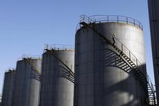 НПЗ в китайском городе Ухань. 27 ноября 2008 года. Китай в декабре повысил импорт нефти до рекордной отметки 7,15 миллиона баррелей в сутки, согласно таможенной статистике. REUTERS/Stringer