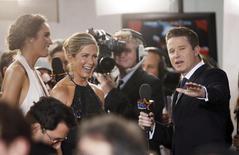 Atriz Jennifer Aniston concede entrevista no tapete vermelho do Globo de Ouro, em Beverly Hills. 11/01/2015 REUTERS/Danny Moloshok