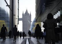En la imagen, personas se dirigen a sus trabajos en el centro de Londres. 16 de abril, 2014. La inflación en los precios al consumidor de Gran Bretaña se desplomó en diciembre a su menor nivel desde mayo del 2000 y tiende a bajar más, lo que aliviará la presión sobre los consumidores y dará espacio al Banco de Inglaterra para que suba pronto las tasas de interés. REUTERS/Toby Melville