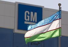 General Motors, qui se dit prêt à travailler avec Google sur le développement de la voiture sans conducteur, à suivre mardi sur les marchés américains. /Photo d'archives/REUTERS/Shamil Zhumatov