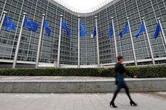 La Commission européenne a déclaré mardi que les investissements publics et les réformes structurelles pourraient offrir une certaine marge de manoeuvre aux pays membres qui enfreignent les règles budgétaires de l'Union, ce qui réduit la probabilité de sanctions dures à l'encontre de la France et de l'Italie.  /Photo d'archives/REUTERS/Yves Herman