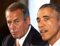 El presidente de la Cámara de Estados Unidos, John Boehner, observa al presidente Barack Obama mientras habla en la Casa Blanca, Washington. Imagen de archivo, 13 enero, 2015.  La Cámara de Representantes de Estados Unidos votará esta semana a favor de financiar por completo el Departamento de Seguridad Interior, pero bloqueará las medidas sobre inmigración de Barack Obama, dijo el martes el presidente de la Cámara, John Boehner.  REUTERS/Larry Downing