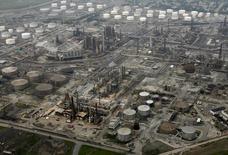 НПЗ British Petroleum в Уайтинге, штат Индиана 16 августа 2007 года. Цены на нефть потеряли более 1 процента с начала торгов в среду, и аналитики предсказывают дальнейший спад за счет избытка нефти на мировом рынке. REUTERS/John Gress