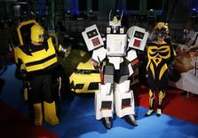 """Японские поколонники """"Трансформеров"""" на премьере четвертой части фильма в Токио 28 июля 2014 года. Четвертая часть """"Трансформеров"""" получила семь номинаций на премию """"Золотая малина"""", в том числе за худший фильм, сценарий и режиссуру.  REUTERS/Toru Hanai"""