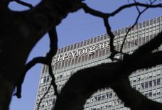Логотип JP Morgan на здании в деловом районе Лондона. 28 января 2014 года. Прибыль JPMorgan Chase & Co сократилась на 6,6 процента в четвертом квартале 2014 года, так как юридические расходы превысили $1 миллиард, а выручка от торговли активами с фиксированной доходностью снизилась. REUTERS/Simon Newman