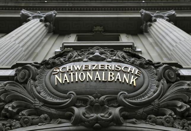 1月15日、スイス国立銀行は、スイスフランの対ユーロの上限、1ユーロ=1.20フランを廃止すると発表した。写真は2014年12月撮影(2015年 ロイター/Denis Balibouse)