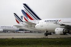 Air France-KLM envisagerait jusqu'à deux milliards d'euros d'économies supplémentaires d'ici trois ans pour faire face à l'effet conjugué d'une conjoncture morose et d'une concurrence accrue. /Photo prise le 22 septembre 2014/REUTERS/Jacky Naegelen