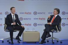 Mark Zuckerberg, presidente de Facebook, se reúne con el presidente de Colombia, Juan Manuel Santos, durante un evento en el palacio presidencial, Bogotá, 14 enero, 2015.  Facebook Inc lanzó el miércoles en Colombia una aplicación que ofrece a los usuarios acceso gratis a varias plataformas web desde teléfonos móviles, como parte de los esfuerzos de la empresa de Mark Zuckerberg por impulsar el uso de internet en todo el mundo. REUTERS/Cesar Carrion/Colombian Presidency/Handout via Reuters  ATENCIÓN EDITORES, ESTA IMAGEN FUE ENTREGADA POR UAN TERCERA PARTE