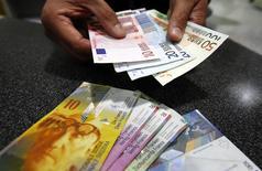 La Banque nationale suisse a surpris les marchés jeudi en annonçant l'abandon du cours plancher du franc suisse en vigueur depuis trois ans, ce qui a fait chuter l'euro et les actions helvétiques. /Photo d'archives/REUTERS/Pascal Lauener