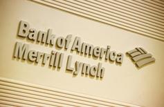 El logo de la compañia Bank of America Merril Lynch se ve en sus oficinas en Hong Kong. Imagen de archivo, 8 marzo, 2013. Bank of America Merril Lynch dijo que prevé que los precios del petróleo bajen hacia una meta de fines del primer trimestre de 31 dólares por barril para el Brent y de 32 dólares por barril para el crudo estadounidense, o WTI. REUTERS/Bobby Yip