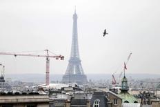 Malgré la baisse spectaculaire de l'euro et des cours du pétrole, les économistes restent très prudents sur les perspectives de l'économie française. Les 22 économistes interrogés par Reuters ces derniers jours anticipent ainsi une croissance de 0,8% cette année, un niveau en léger retrait par rapport à la dernière enquête réalisée en octobre (+0,9%), contre 1,0% pour le scénario budgétaire du gouvernement. /Photo d'archives/REUTERS/Charles Platiau