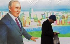 """Изображение президента Казахстана Нурсултана Назарбаева на улице в Алма-Ате 28 ноября 2012 года. Казахстан пересчитает бюджет-2015 из-за резкого падения цен на нефть и ждет замедления роста своей экономики до 1,5 процента с 4,3 в прошлом году, сказал высокопоставленный источник в правящей партии """"Нур Отан"""". REUTERS/Shamil Zhumatov"""