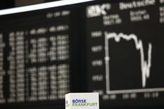 """Коробка с надписью """"Франкфуртская фондовая биржа"""" на фоне графика динамики индекса DAX. Франкфурт-на-Майне, 15 января 2015 года. Европейские фондовые рынки перешли к росту после снижения в начале сессии, но котировки швейцарских компаний продолжают падать после снятия ограничений на курс швейцарского франка. REUTERS/Kai Pfaffenbach"""
