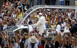 Pope Francis waves to well-wishers aboard the popemobile near the Manila Cathedral January 16, 2015. REUTERS/Erik De Castro