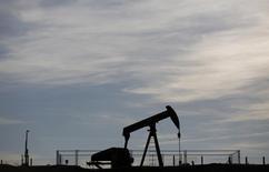 Imagen de archivo de una extractora de petróleo en funcionamiento en Wintzenbach, 7 mayo, 2014. Los precios del petróleo podrían caer adicionalmente y un rebote podría tomar algún tiempo, a pesar de las señales de que la tendencia a la baja terminará posiblemente en el segundo semestre de este año, dijo el viernes la Agencia Internacional de Energía (AIE). REUTERS/Vincent Kessler