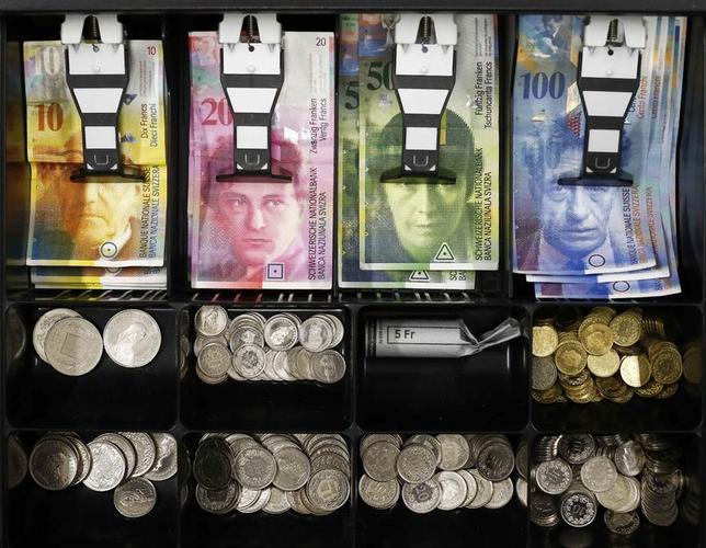 1月16日、「スイスフランショック」の余波が世界的に広がっている。写真は同硬貨など。ベルンで16日撮影(2015年 ロイター/Thomas Hodel)