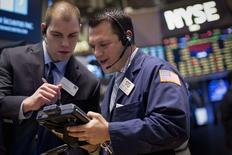 La Bourse de New York a fini en hausse vendredi, après cinq séances de baisse d'affilée, dopée par les valeurs liées à l'énergie et de bons indicateurs économiques. Le Dow Jones a gagné 1,08% à 17.507,40 points, des chiffres susceptibles d'évoluer encore légèrement. /Photo prise le 14 janvier 2015/REUTERS/Brendan McDermid