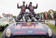 El piloto de Mini Al-Attiyah, de Qatar, y su copiloto Matthieu Baumel, de Francia, celebran tras ganar la séptima edición sudamericana del rally Dakar 2014, en Buenos Aires, el 17 de enero de 2015. REUTERS/Jean-Paul Pelissier (ARGENTINA - Tags: SPORT MOTORSPORT TPX IMAGES OF THE DAY) - RTR4LSSY