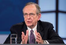 """En la imagen de archivo, el ministro de Economía y Finanzas de Italia, Pier Carlo Padoan, durante una discusión sobre """"Una Agenda de Reforma para los Líderes de Europa"""" durante las reuniones anuales del Banco Mundial y el FMI en Washington, el 9 de octubre de 2014. Padoan, llamó el sábado al Banco Central Europeo (BCE) a lanzar su esperado programa de compras de bonos """"sin restricciones"""".  REUTERS/Joshua Roberts    (UNITED STATES - Tags: POLITICS BUSINESS) - RTR49K8G"""