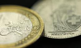 Монеты 1 евро и 1 швейцарский франк. Манчестер, 16 января 2015 года. Курс евро к доллару держится вблизи 11-летнего минимума, так как инвесторы ожидают от Европейского центробанка решительных мер по предотвращению дефляции и возрождению экономики еврозоны. REUTERS/Phil Noble