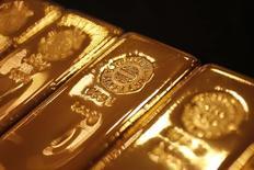 Золотые слитки в магазине  Ginza Tanaka в Токио 17 сентября 2010 года. Цены на золото держатся вблизи четырехмесячного максимума за счет нестабильности на мировых рынках, повышающей спрос на низкорискованные активы. REUTERS/Yuriko Nakao