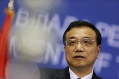 Li Keqiang, primer ministro de China, habla durante una conferencia de prensa en Belgrado. Imagen de archivo, 17 diciembre, 2014.  La economía de China enfrenta una significativa presión a la baja este año, dijo el lunes el primer ministro, Li Keqiang, según fue citado por una radio estatal. REUTERS/Djordje Kojadinovic