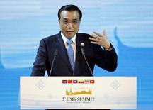 Primeiro-ministro da China, Li Keqiang, discursa durante abertura de um encontro regional em Bangcoc. 20/12/2014. REUTERS/Chaiwat Subprasom