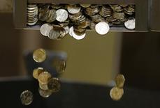 Monedas recién acuñadas de 20 euros fotografiadas en Pessac, cerca de Burdeos. Imagen de archivo, 30 octubre, 2014. El euro se alejó el lunes de mínimos de once años a medida que los inversores se preparaban para una importante reunión esta semana, en la que el Banco Central Europeo podría adoptar las medidas más audaces hasta ahora para reactivar a la alicaída economía de la zona euro.  REUTERS/Regis Duvignau