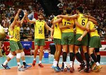 Seleção brasileira de vôlei comemora vitória sobre a França na semifinal do Mundial de Vôlei, em Katowice, na Polônia, em setembro do ano passado. 20/09/2014 REUTERS/Kacper Pempel