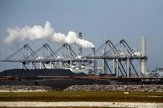 Уголь в порту Роттердама 2 июня 2009 года. Цены на уголь в Европе значительно снизились за последний месяц, что некоторые трейдеры объясняют дешевыми поставками из России. REUTERS/Jerry Lampen