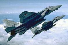 Архивное фото японских истребителей F-15. Японские истребители достигли рекордной частоты вылетов на перехват китайских, а также бомбардировщиков и разведывательных самолетов России, испытывающих на прочность оборону северной границы островного государства, сообщило Минобороны. REUTERS/Japan-Air-Self-Defense Force/Handout
