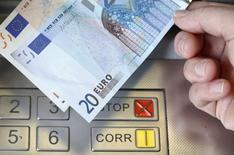 Les valeurs bancaires sont à suivre à la Bourse de Paris à la mi-séance et le titre Société générale représente la plus forte hausse du CAC 40 (+4,17% dans un marché en hausse de 1,23% vers 13h10). /Photo prise le 16 janvier 2015/REUTERS/Thomas Hodel