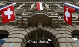 La entrada de Credit Suisse en su sede en Zurich. Imagen de archivo, 31 julio, 2014.  Credit Suisse respondió a la reciente volatilidad cambiaria causada por la decisión del Banco Nacional de Suiza (BNS) de eliminar su tope para la moneda del país, y destacó que sus ganancias seguían tan sensibles a los movimientos cambiarios como había dicho en septiembre. REUTERS/Arnd Wiegmann