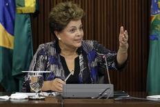 La presidenta de Brasil, Dilma Rousseff, habla durante una reunión con los medios en Palacio Planato en Brasilia. Imagen de archivo, 1 diciembre, 2014. La presidenta brasileña, Dilma Rousseff, vetó un decreto que eximía a más trabajadores del pago del impuesto a la renta este año, según publicó el martes la gaceta oficial, en otra medida para ahorrar dinero para cumplir un objetivo fiscal clave. REUTERS/Ueslei Marcelino