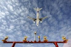 Самолет Airbus A-319 совершает посадку в аэропорту Шереметьево. 28 марта 2012 года. Суд отказался признать банкротом третью по объему перевозок пассажиров в РФ авиакомпанию Ютэйр по иску лизинговой компании, говорится на сайте арбитражного суда Ханты-Мансийского автономного округа - Югры. REUTERS/Maxim Shemetov