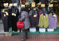 Магазин одежды в Токио. 4 февраля 2013 года. Банк Японии в среду сократил инфляционный прогноз на следующий бюджетный год и продлил срок действия схемы, направленной на повышение кредитования. REUTERS/Yuya Shino