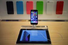 Apple a capté 33% du marché sud-coréen des smartphones en novembre, une part de marché record qui a coïncidé avec le lancement de son nouvel iPhone 6, selon un rapport publié mercredi par la société de recherche Counterpoint. /Photo d'archives/REUTERS/Adrees Latif