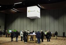 Microsoft a annoncé que la prochaine version de son système d'exploitation Windows 10 serait proposée gratuitement à certains utilisateurs de Windows et Windows Phone. /Photo prise le 3 décembre 2014/REUTERS/Jason Redmond