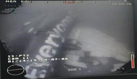 Foto de divulgação mostra parte de fuselagem de avião da AirAsia no fundo do mar de Java. 14/01/2015 REUTERS/Divulgação via Ministério da Defesa de Cingapura