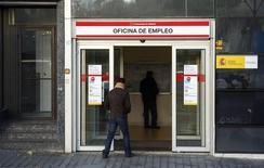 Un hombre ingresa a una oficina de empleo en Madrid, 22 enero, 2015. La tasa de desempleo en España aumentó levemente a un 23,70 por ciento en el cuarto trimestre del 2014 desde el 23,67 por ciento del trimestre anterior, mostraron el jueves datos del Instituto Nacional de Estadísticas. REUTERS/Andrea Comas