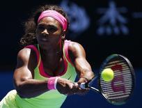 Tenista norte-americana Serena Williams devolve uma bola durante partida contra a russa Vera Zvonareva pelo Aberto da Austrália, em Melbourne. 22/01/2015. REUTERS/Issei Kato