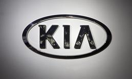 Логотип Kia на автошоу в Нью-Йорке 16 апреля 2014 года.  Чистая прибыль корейского автопроизводителя Kia Motors Corp упала на 54 процента в четвертом квартале, оказавшись хуже прогнозов аналитиков, виной чему ослабление российского рубля, негативно отразившееся на доходе компании. REUTERS/Carlo Allegri