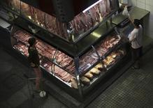 Consumidores compram carne no mercado municipal de São Paulo. 10/10/2014 REUTERS/Nacho Doce