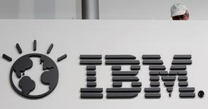 El logo de IBM en la feria tecnológica CeBIT en Hanover, Alemania, feb 26 2011. Un portavoz de IBM rechazó el lunes un informe de la revista Forbes que indicaba que el gigante tecnológico se prepara para recortar cerca del 26 por ciento de su fuerza laboral, lo que podría representar el mayor volumen de despidos de la compañía.       REUTERS/Tobias Schwarz